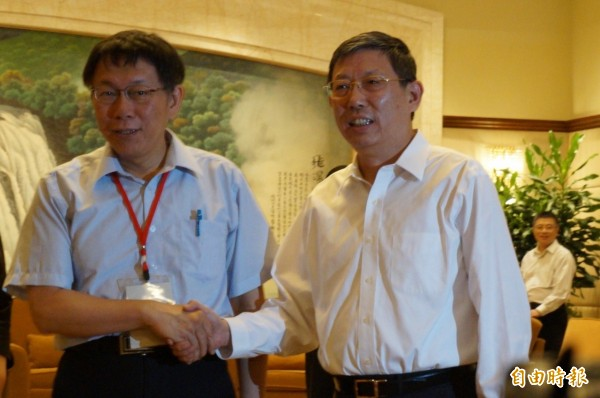 上海市長楊雄(右)曾與台北市長柯文哲會面握手。(資料照,記者涂鉅旻攝)