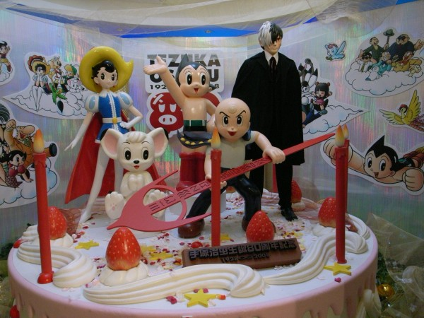 手塚治虫本名為手塚治,是日本的名漫畫家、動畫製作人,也是醫學博士。由於幼年至青少年時期,長期居住於寶塚,成了當地的榮譽市民,因而在此建立他的紀念館。(圖結自網路)