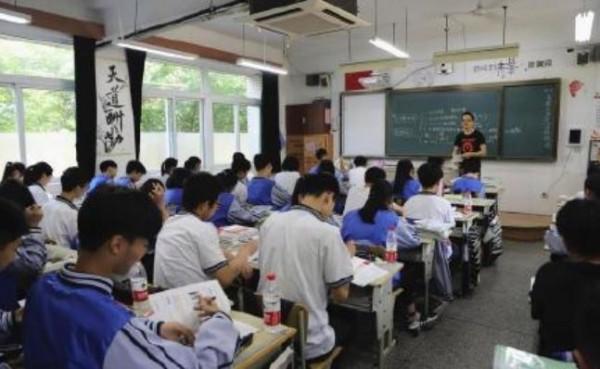 中國浙江杭州第十一中學教室內,裝設了結合3個攝影鏡頭的「天眼」,能夠捕捉學生臉部表情。(圖擷自微博)