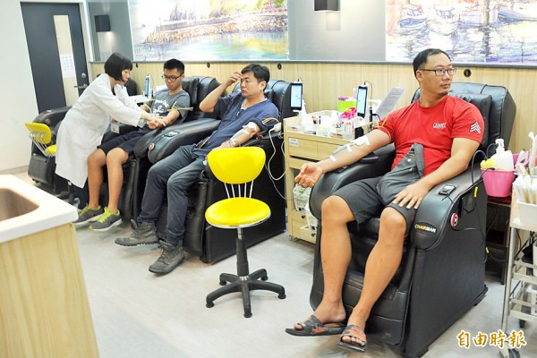 Men donate blood yesterday at a blood donation clinic in Yilan County. Photo: CNA