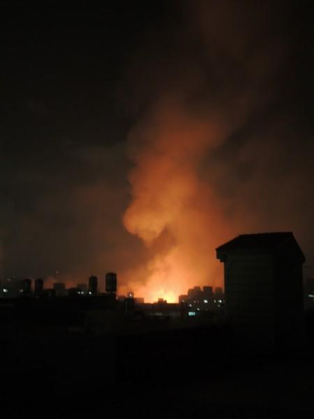 高雄凌晨大氣爆,市區籠罩恐怖火光黑煙。(記者黃建華攝)