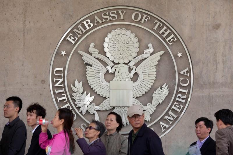 美國共和黨議員14日提出法案,禁止向中國軍方僱用或贊助的任何人員,獲得美國學生或學者簽證。圖為北京的美國大使館。(法新社資料照)
