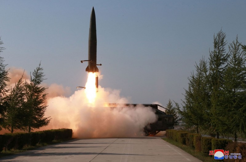 北韓電視台釋出9日發射飛彈片段,南韓對此尚未分析完畢,無法說明是何種飛彈。(美聯社)