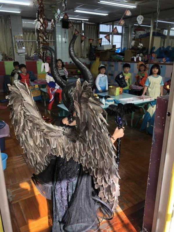 班上同學看到打扮成「黑魔女」的小女孩全都驚呆了。(圖擷取自臉書「爆廢公社」)