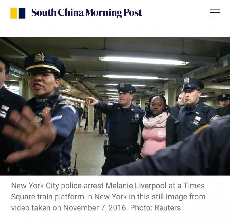 2016年美國精神分裂症女子利佛普無故將等車的女子瓦頓推落鐵軌,使她當場遭進站列車撞死。今判決結果出爐,利佛普被判處20年有期徒刑。(圖翻攝自south china morning post)