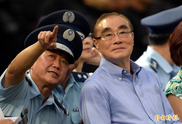 國防部長馮世寬(右)針對「雲峰」飛彈議題回應說,世界上沒有國家會對外透露自己武器研發的機密。(資料照,記者林正堃攝)