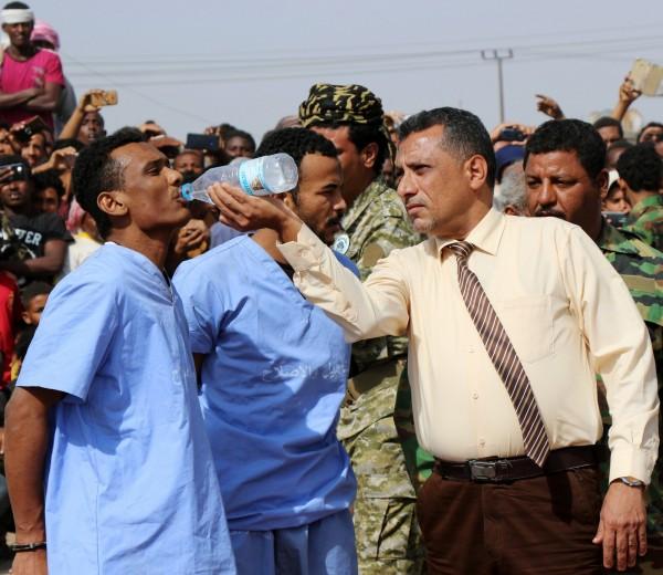 執法人員在執行槍斃前餵31歲的哈立德喝水。(路透)