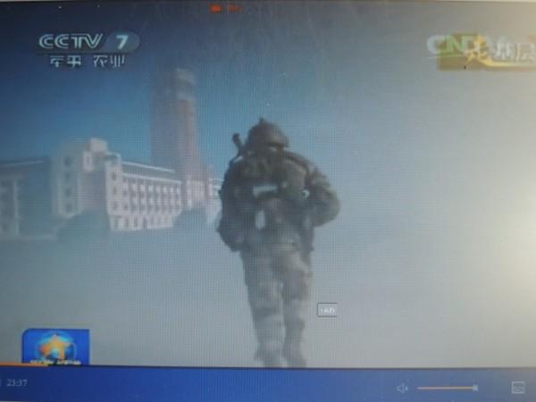 日前,中國央視播出「跨越-2015.朱日和」系列演習內容,畫面出現了類似我總統府的建築物,疑似是演練對台斬首戰。(圖擷取自中國中央電視台畫面)