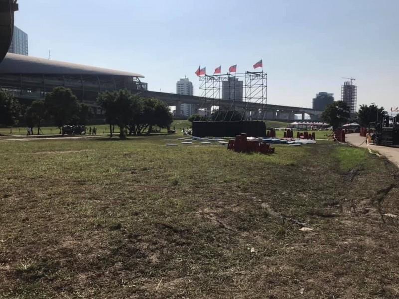 新北市議員李坤城在臉書上貼出造勢場合公園草地被破壞的照片,還批韓粉出征,寸草不生,應該就是這個意思!(圖擷取自李坤城臉書)
