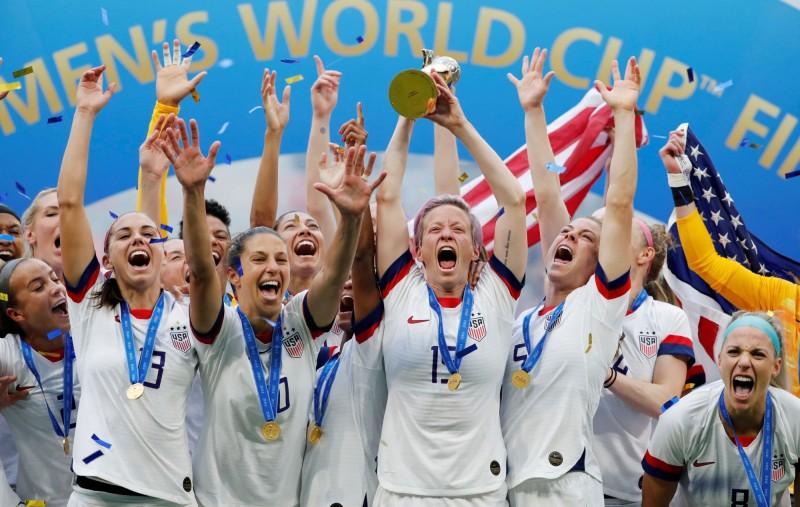 美國國家隊在球場上擊敗荷蘭隊奪下女足世界杯冠軍,更創下美國女足首次蟬聯的紀錄。(路透)