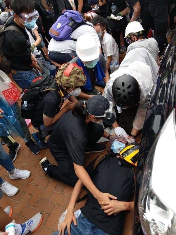 香港「反送中」示威越演越烈,稍早警方已經開始對群眾使用催淚彈、胡椒水以及橡膠子彈等武器,更有一名年輕人疑似眼睛中彈倒地。對此,香港政府發仁表示,現場有不少的示威者使用很危險的武器,暴力已達危險程度。(圖擷取自Lihkg論壇)