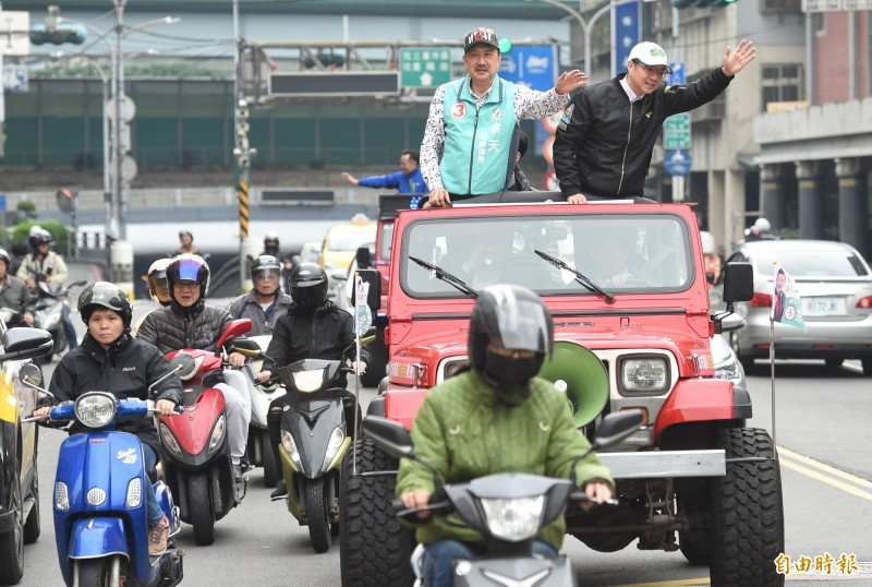民進黨主席卓榮泰17日一早,就陪同立委當選人余天站上吉普車展開謝票行程。(記者劉信德攝)