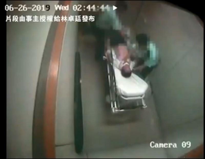 林卓廷今日公開一部影片,片中62歲的老翁因醉酒被綑綁於床,警察將他推到收精神病的獨立病房處以私刑,不只毆打下體、臉部,大力按壓眼睛等暴力行徑。(圖擷取自林卓庭臉書)