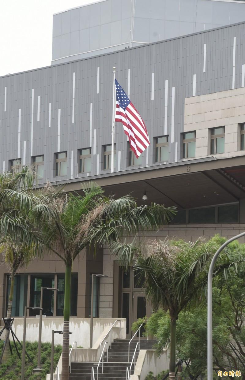 AIT搬遷至內湖新館,6日早上開始升旗辦公。(記者方賓照攝)