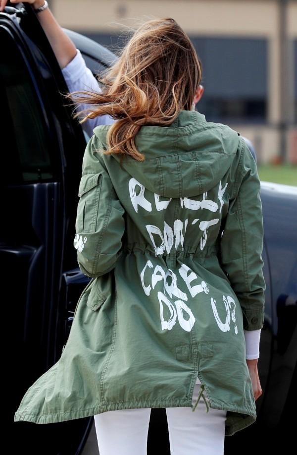 梅蘭妮亞軍綠色外套背後的白色字母寫著:「我真的不在乎,你呢?」(I Really Don't Care. Do U?),引發網友討論。(路透)