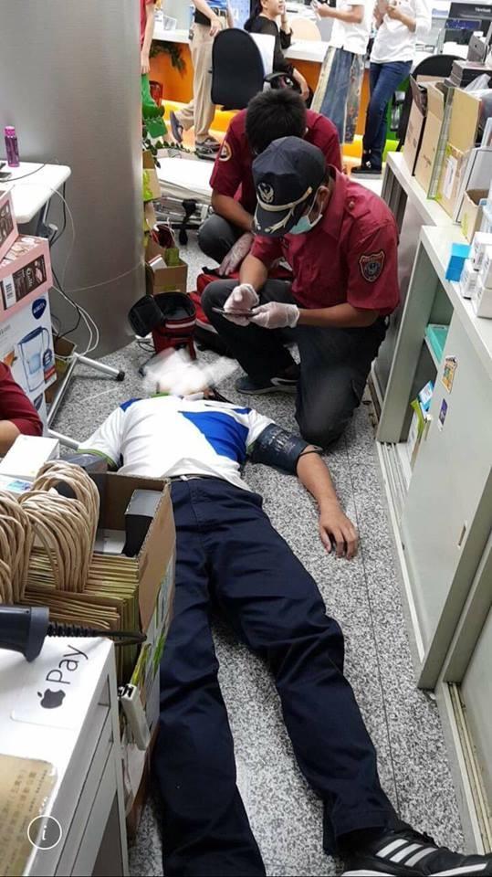 中華電信枋寮門市員工被操到暈倒送醫急救。(圖擷取自《靠北電信業奧客》臉書)