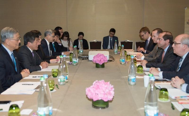 艾薩表示,會繼續為台灣發聲,不僅以美國部長的身分,也會以個人身分雙管齊下與世界衛生組織(WHO)秘書長譚德塞(Tedros Adhanom Ghebreyesus)極力溝通。(圖擷取自U.S. Mission Geneva臉書)