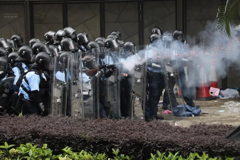 香港警務署署長表示,示威者所投擲的物品非常危險,警方逼不得已使用武器,並稱已非常克制。(中央社)