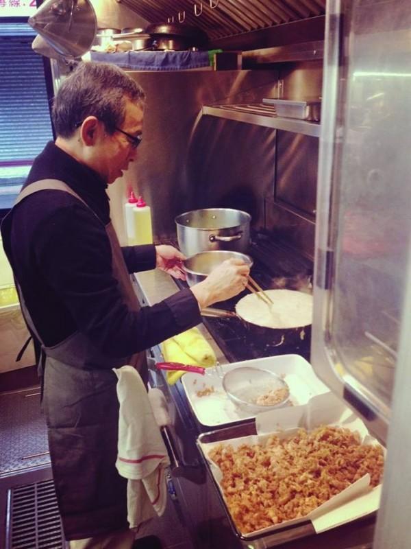 導演吳念真為街友下廚,正在製作蛋酥。(圖擷自「人生百味」臉書)
