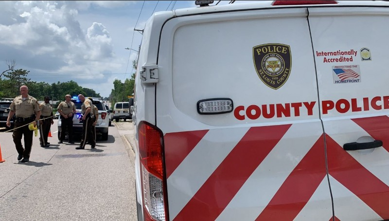 美國密蘇里州聖路易斯郡傳出詭異命案,有6人原本待在一處公寓內,其中1人離開再回來後,發現其他5人都遭到殺害。(圖擷自St. Louis County PD推特)