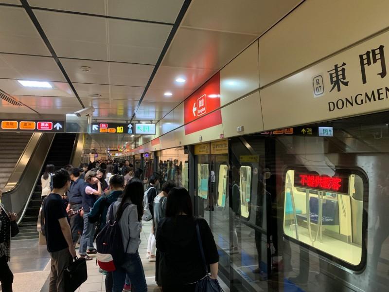 台北捷運全線目前暫停行駛。(讀者提供)