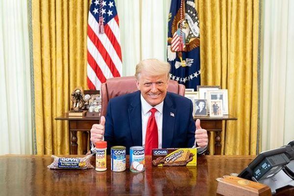 美國總統川普則在個人Instagram放上和商品的合照,聲援「哥雅食品」。(圖擷自川普IG@realdonaldtrump)