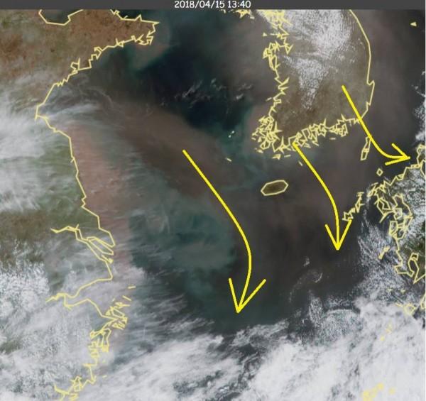 鄭明典PO出衛星雲圖,指出中國沙塵再度來襲。(圖擷取自鄭明典臉書)