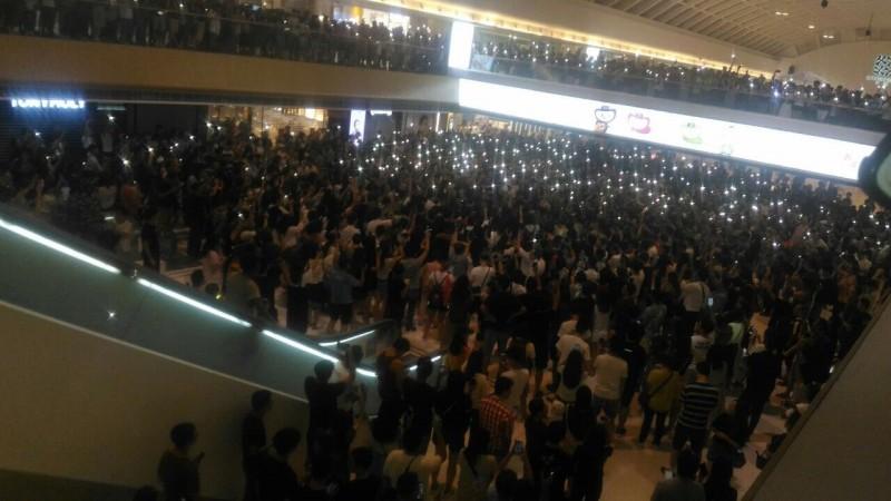 圖為今晚港人聚集在馬鞍山新港城合唱《願榮光歸香港》。(圖擷取自TG_寶寶CHANNEL)