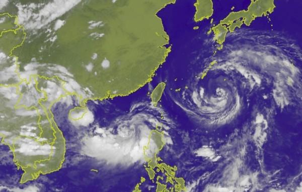 第10號颱風安比明天距台最近,南海又有熱帶擾動,台灣在南北夾擊下容易形成不穩定天氣。(圖擷自中央氣象局)