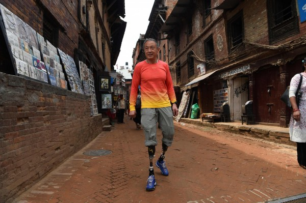 真實版的老人與山!中國69歲雙腿截肢登山家夏伯渝歷經五次挑戰終於成功登上聖母峰,成為世界成功登聖母峰年紀最長的身障人士。(法新社)