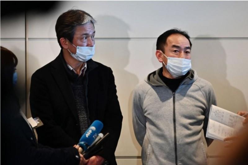 日本政府的武漢撤僑包機,首批已於今日上午抵達東京羽田機場,機上206名乘客中,有5人已經送醫,現在又傳出有另外8名乘客出現發燒與咳嗽的症狀。圖為從中國武漢歸來的日商。(法新社)