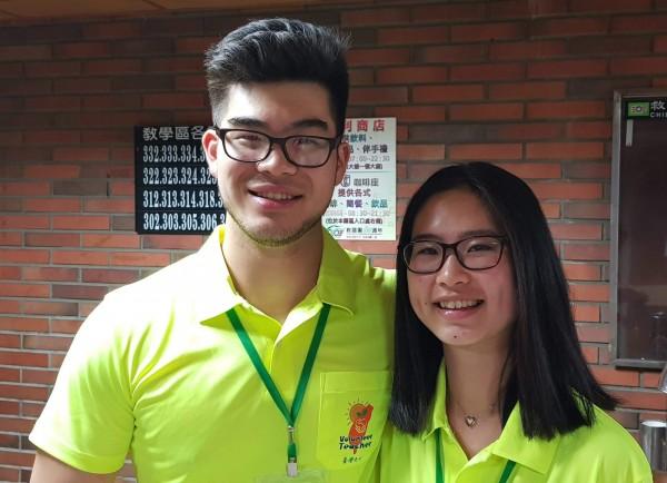 柯芷清(右)、柯宇帆(左)姊弟聯袂遠從英國返台當志工。(記者洪臣宏翻攝)