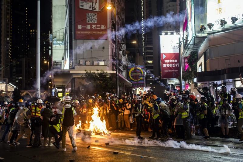 香港831一夜激戰 警方大逮人到天亮、港鐵多個車站續闗閉