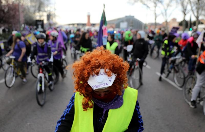 西班牙女權團體今日發起了「女權主義罷工」與500多場街頭示威活動,不少女性騎著自行車、身穿紫色衣物上街。(路透)