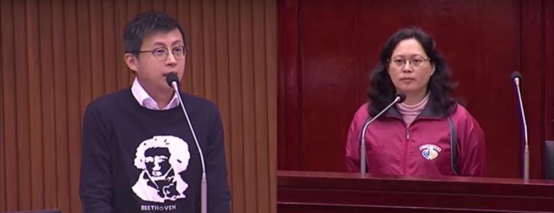呱吉首次質詢賴香伶,2人超水準互動讓網友大讚「這才是問政」。(擷取自YouTube)