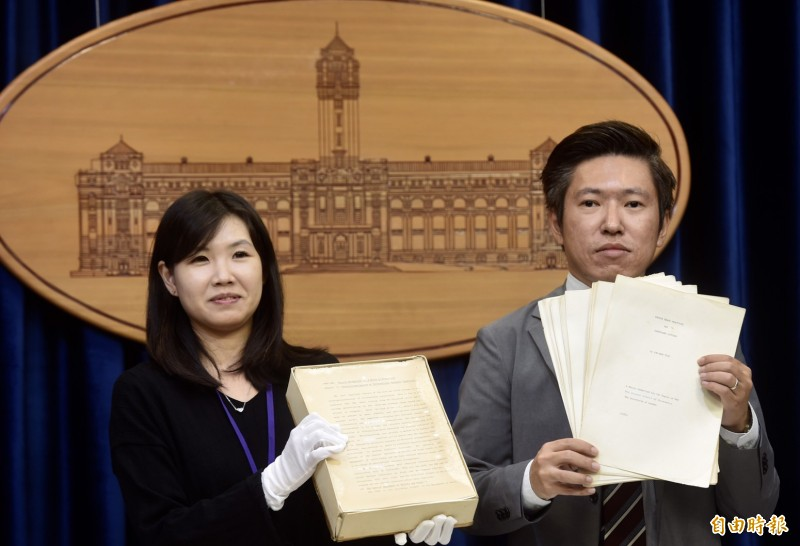 總統府今開記者會,公布總統蔡英文的博士論文原始文件。(記者簡榮豐攝)
