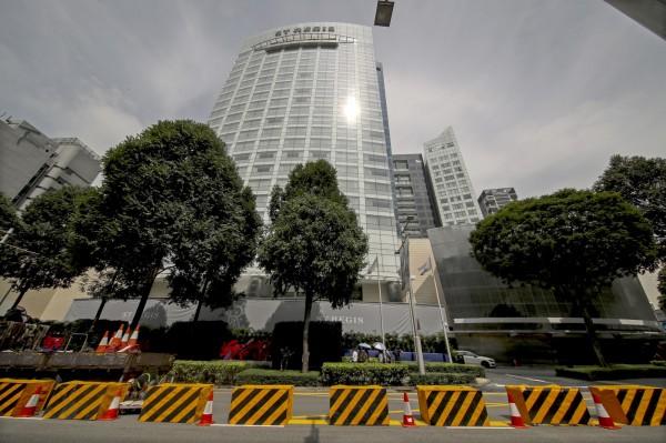 新加坡瑞吉酒店門口已經設立水泥路障。(歐新社)