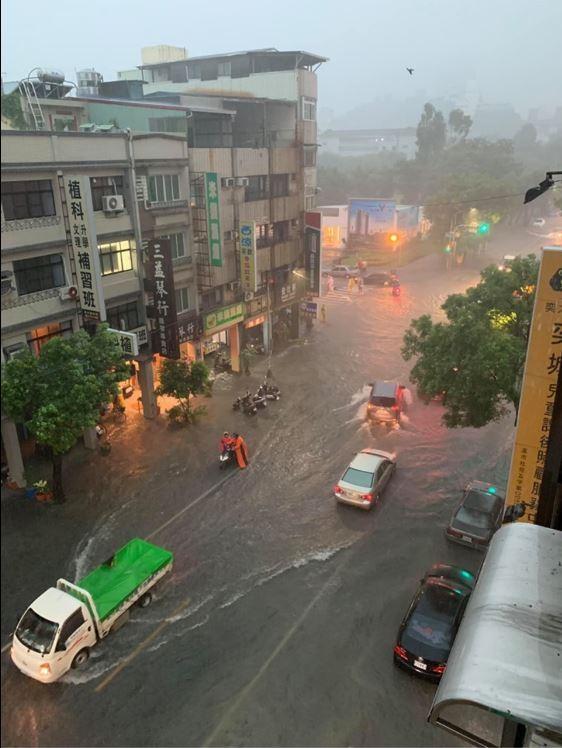 高雄地區今天下午下起大雨。(讀者提供)