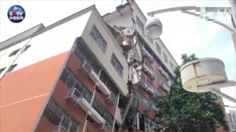 中國深圳市羅湖區今(28)日驚傳一棟6層樓高的住宅傾斜倒塌,目前消防和公安部門已緊急封鎖現場、疏散周邊居民,傷亡人數暫時未知。(圖取自中國微博@央視新聞)