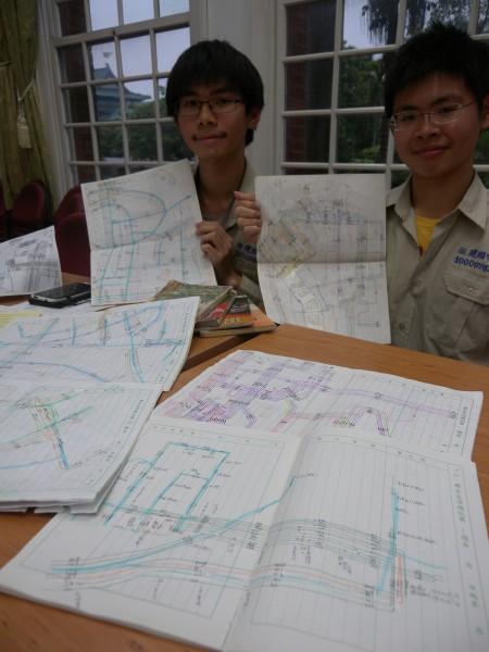 吳祥瑀(右)在就讀建中時,就與同學陳維漢(左)花費一年六個月時間,畫出雙北市共六百多條公車路線,可做成五公尺長寬的路網圖,還得用投影機才能展現。(資料照,記者吳亮儀攝)