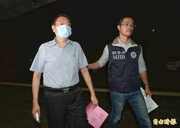 境外公司負責人蔣仁欽(左)接受調查官初訊後改列證人移送北檢複訊。(記者林正堃攝)