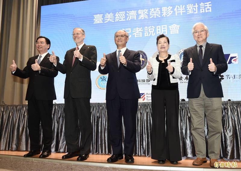 行政院21日舉行「臺美經濟繁榮夥伴對話」記者會,台美官方共同公布「台美經濟繁榮夥伴對話事實清單」。(記者簡榮豐攝)