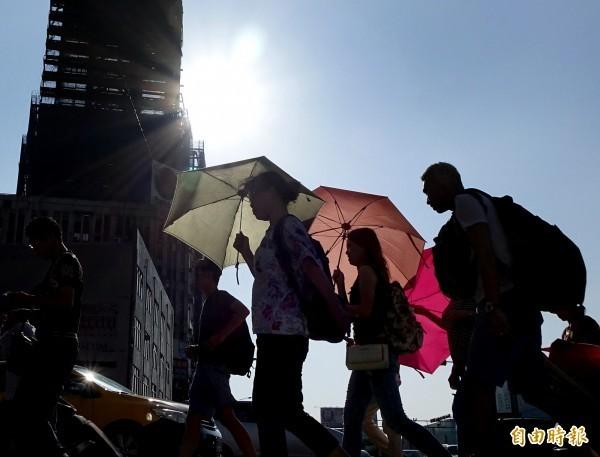 今天各地氣溫偏高,氣象局也針對高雄、屏東發布高溫黃色燈號,包含2縣市近山區或河谷會有36度以上高溫。(資料照)