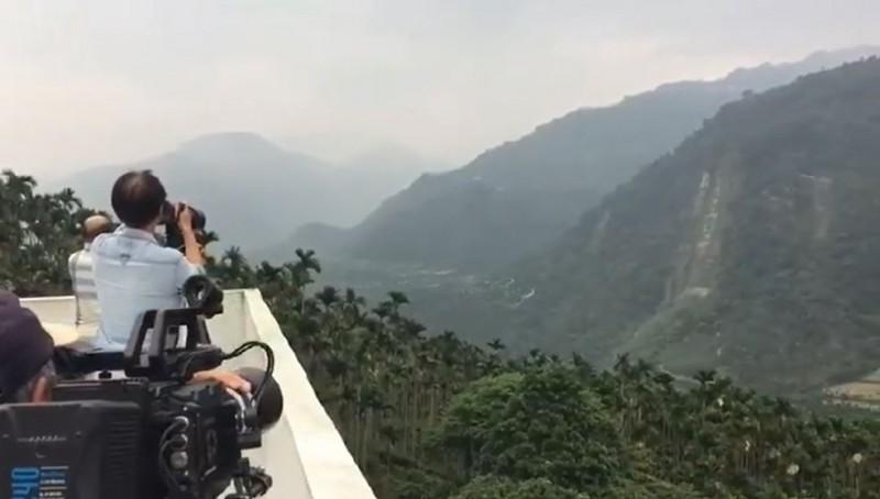 在台灣嘉義太興村拍攝地點的「太興村草本傳奇」老闆曾錦富,日前拍攝黃頭鷺壯觀飛越畫面「萬鷺朝鳳」,這是台灣特有美景,但卻被造假成「秦嶺雁行」傳遍中國,還添加雁叫的聲音,已讓台灣鳥界網友忿忿不平,大罵簡直是「瞎爆」了!(曾錦富提供)