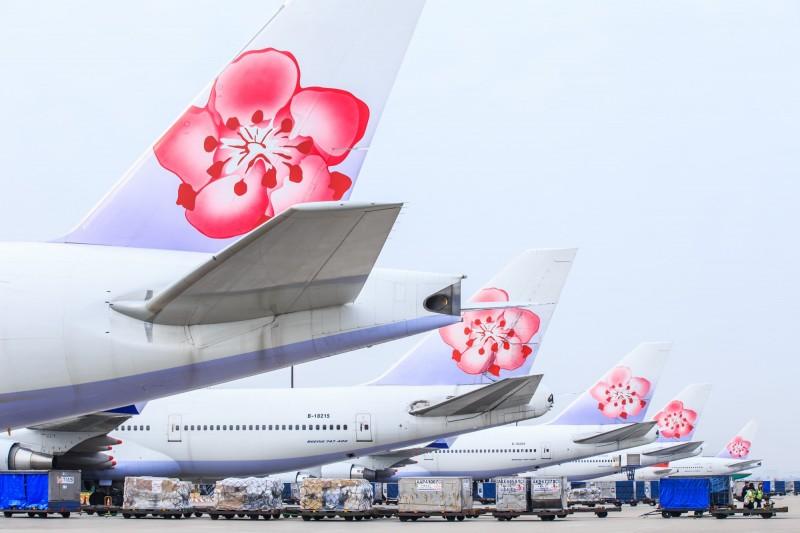 華航CI117班機原定21日晚間8時35分從日本福岡機場起飛,晚間10時10分返回桃園機場,但傳出機械故障因素無法起飛。(中華航空提供)