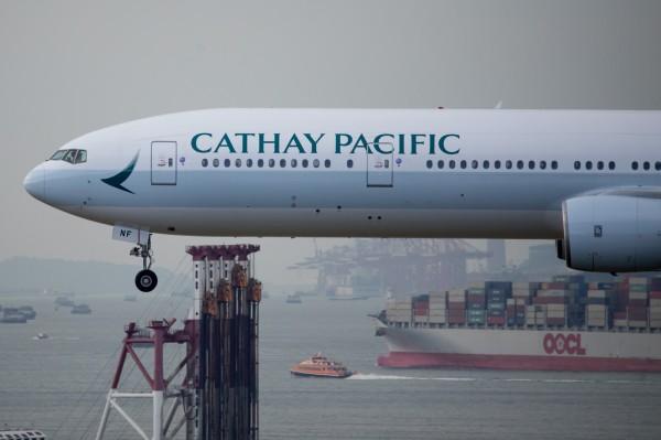 國泰航空日前才傳出個資外洩,香港航空現也爆出大漏洞。圖為國泰航空班機。(彭博社)