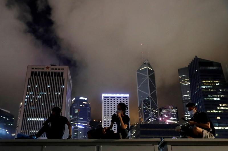 今日下午3時許,香港再傳出女子墜樓事件。圖為香港金融中心區。(路透)