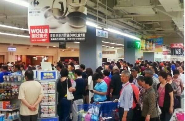 網友紛紛在花蓮粉絲團PO出大批中客湧入家樂福的照片。(圖擷取自花蓮人臉書)