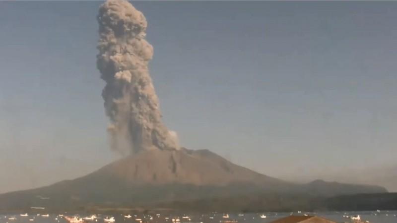 今早日本鹿兒島縣的櫻島火山大噴發,火山煙霧噴上2800公尺高的上空。(圖擷取自Youtube. Volcano Time-Lapse頻道)