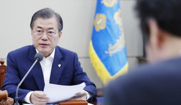 南韓總統文在寅今(14)日表示,如果有必要,可以考慮停止美韓聯合軍演,以幫助與北韓建立信任並緩和緊張局勢。(歐新社)